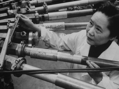 Physicist Dr. Chien-Shiung Wu Standing Amidst Tubes of Particle Accelerator at Columbia University Reproduction photographique sur papier de qualité