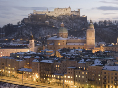Snow Covered Old Town Dominated by the Fortress of Festung Hohensalzburg at Twilight Photographie