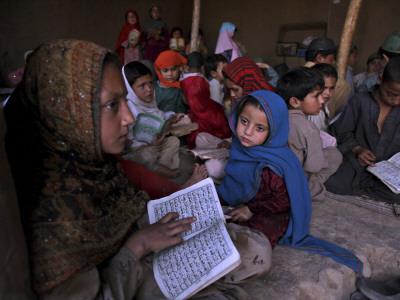 Afghan Refugee Children Holding Copies of the Quran, Repeat after their Teacher Lámina fotográfica