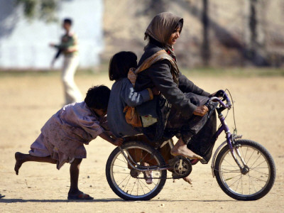 Girls Play on a Bike in Jammu, India Photographie