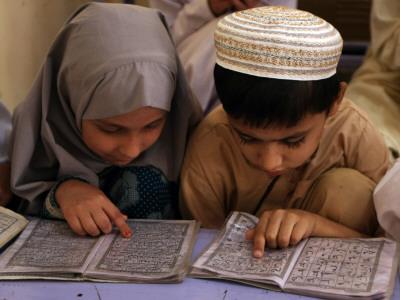 Children Read Together from Muslim's Holy Quran in Karachi, Pakistan Lámina fotográfica