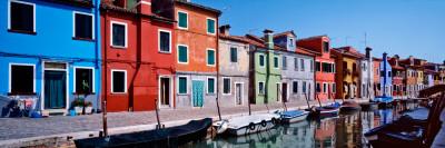 Houses at the Waterfront, Burano, Venetian Lagoon, Venice, Italy 写真プリント : パノラミック・イメージ(Panoramic Images)