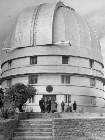Exterior View of the McDonald Observatory Sitting on a Hilltop Lámina fotográfica de primera calidad