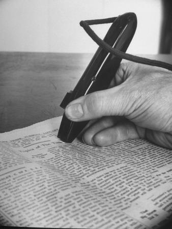 A Blind Man Reads by Scanning the Page Fototryk i høj kvalitet
