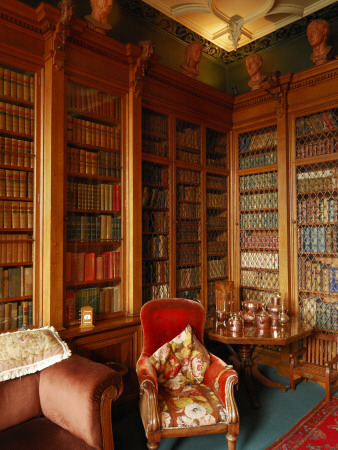 A Red Chair Sits Amid Shelves of Books in Balfour Castle's Library Fotoprint av Jim Richardson