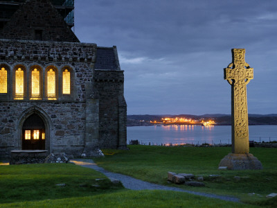 A Celtic Cross Stands Outside the Iona Monastery Church at Dusk Fotoprint av Jim Richardson