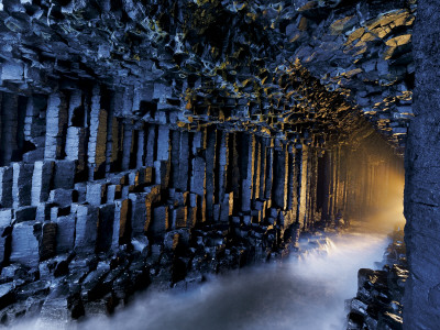 Basalt pillars line Fingal's Cave. Fotoprint av Jim Richardson