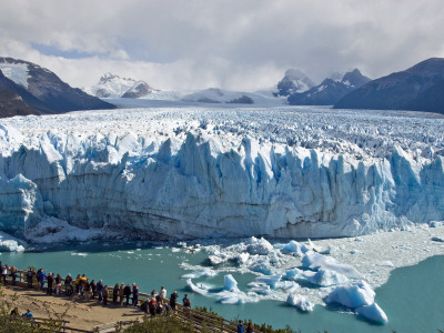 Visitors Viewing Glacier Perito Moreno from Catwalk Photographie