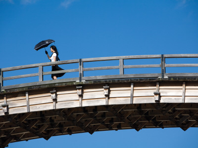 Pedestrian Carrying Parasol, on Kinta-Kyo Five-Arched Bridge Fotografisk tryk