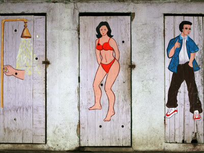 Colourful Toilet and Shower Doors at Beachfront Bar Fotografisk tryk af Paul Kennedy