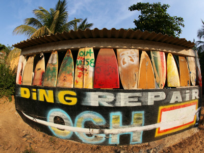 Surfboard Repair Shop, which has a Thriving Trade Due to the Heavy Waves Fotografisk tryk af Paul Kennedy