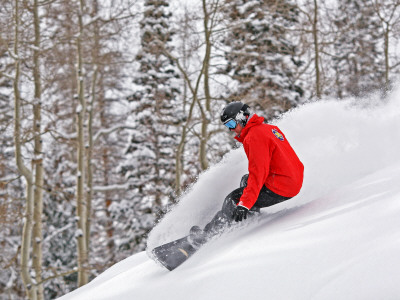Snowboarder Enjoying Deep Fresh Powder at Brighton Ski Resort Fotografisk tryk af Paul Kennedy