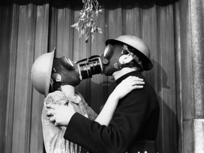 http://cache2.allpostersimages.com/p/LRG/56/5646/QJLMG00Z/poster/gas-mask-kiss.jpg