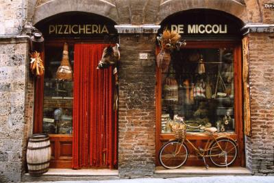 Tarihi Yemek Dükkanın Önündeki Bisiklet, Siena, Tuscany, İtalya Poster