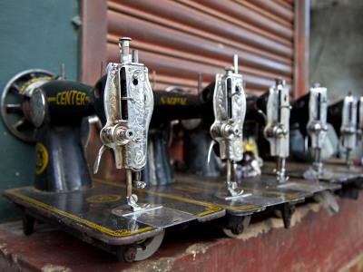 India, Mysore; Recently-Repaired Sewing Machines Outside a Sewing-Machine Repair Shop in Mysore Fotografie-Druck von Niels Van Gijn