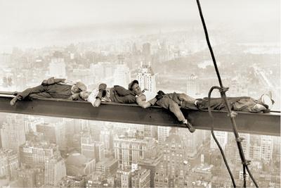 hommes-sur-une-poutre-metallique-1930