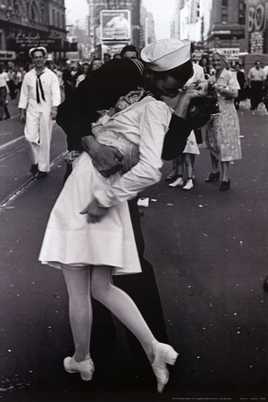 Kissing on VJ Day Juliste
