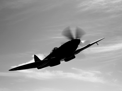 A Supermarine Spitfire MK-18 in Flight Lámina fotográfica