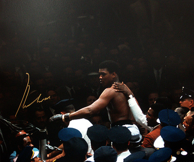 Muhammad Ali Autographed Being Carried Over The Crowd Photograph Photographie