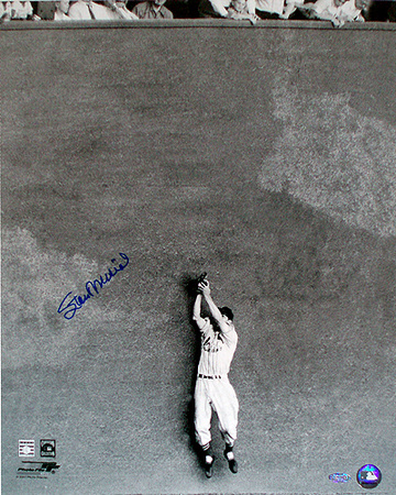 Stan Musial Autographed Catch Against the Wall Photograph Foto