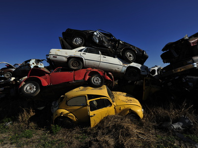 A Pile of Discarded Cars at a Junkyard Fotografisk tryk