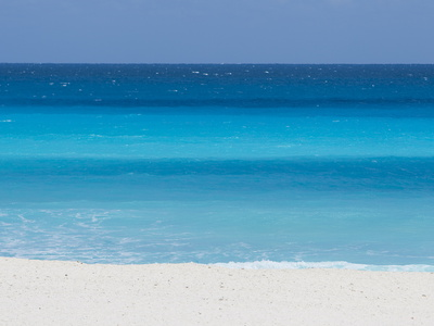 Shades of Blue Color the Beachfront Waters in Cancun, Mexico Fotografisk tryk af Mike Theiss