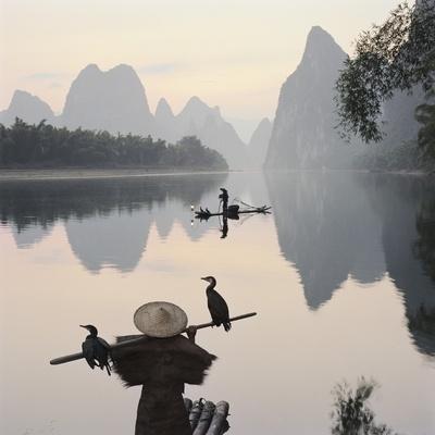 Skarvfiskere på floden Li Fotografisk tryk af Martin Puddy