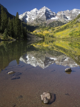 Aspens reflecting in lake under Maroon Bells, Colorado Fotoprint av Joseph Sohm