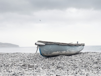Boat at Beach in Devon Fotoprint av Simon Plant