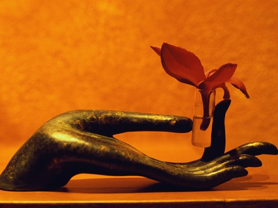 Sculpted Hand Holding Massage Oil Vial Fotoprint av Dave Bartruff