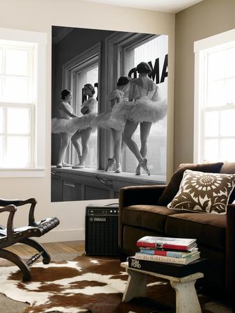 Ballerinaer i vindueskarm i øvelokalet på balletskolen George Balanchine's School of American Ballet Posters af Alfred Eisenstaedt