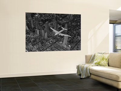 Aerial View of a DC-4 Passenger Plane Flying over Midtown Manhattan 高品質プリント : マーガレット・バーク=ホワイト