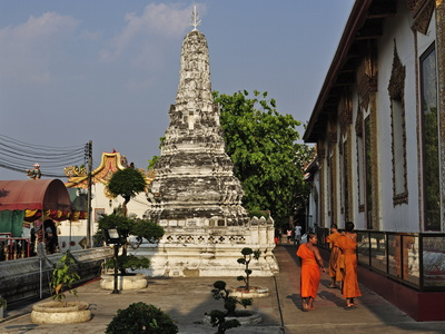 Stupa (Chedi) and Monks, Wat Phanan Choeng, Ayutthaya, UNESCO World Heritage Site, Thailand Fotografisk tryk