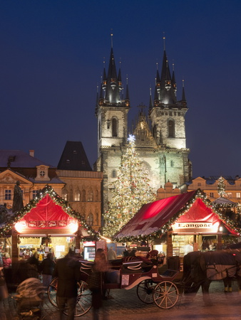 Horse Drawn Carriage at Christmas Market and Gothic Tyn Church at Twilight, Old Town Square, Prague Photographie
