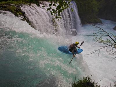 A Kayaker Running Spirit Falls, Little White Salmon River Fotografisk tryk af Jed Weingarten/National Geographic My Shot
