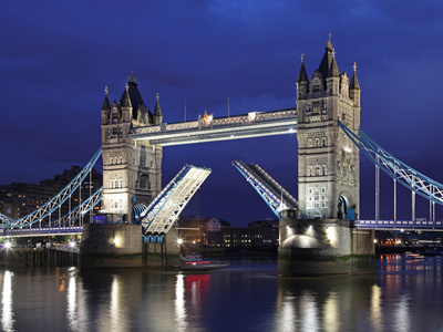 The Famous Tower Bridge over the River Thames in London Fotografisk tryk af David Bank
