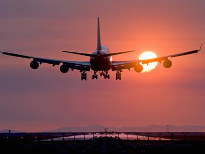 Boeing 747 Landing at Sunset, Vancouver International Airport, British Columbia, Canada Fotografisk tryk af David Nunuk