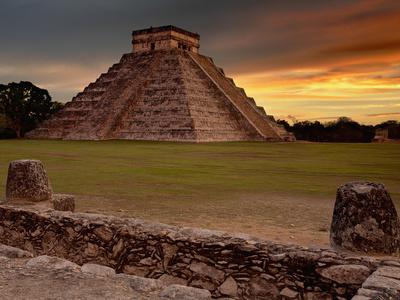 The Kukulcan Pyramid or El Castillo at Chichen Itza, Yucatan, Mexico Fotografisk tryk af Patrick Smith