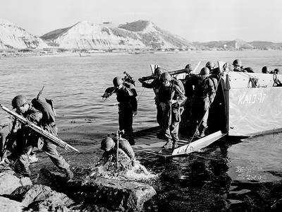 Korean War U.S. Land at Pohang Photographic Print by  Associated Press