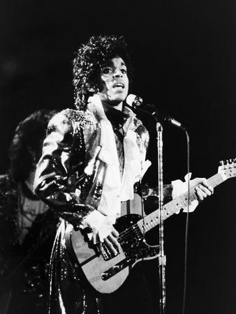 Prince, Rocks the Stage During His Purple Rain Tour in 1984 Fotoprint av Vandell Cobb