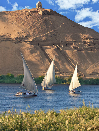 Felucca Sailboats, Temple Ruins and the Large Sand Dunes of the Sahara Desert, Aswan, Egypt Fotografisk tryk af Miva Stock