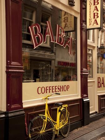 Bicycle Outside Coffee Shop, Amsterdam, Holland, Europe Lámina fotográfica por Frank Fell