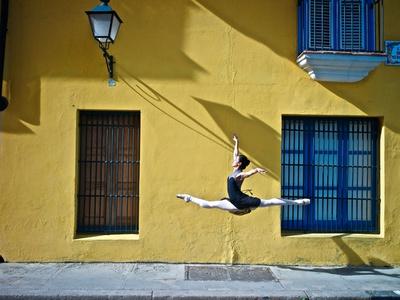 Ballet in the Colonial Streets of Old Havana Fotografisk tryk af Kike Calvo