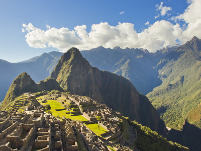 Sun Shining Through the Andes Mountains onto Machu Picchu at Sunset Fotografisk tryk af Mike Theiss