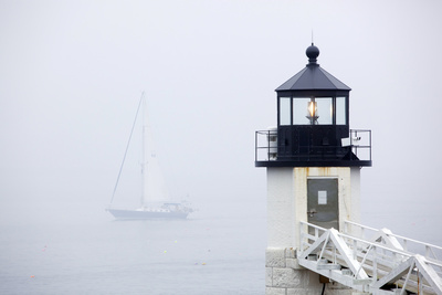 A Sailboat Passing Marshall Point Lighthouse in Port Clyde, Maine Fotografisk tryk