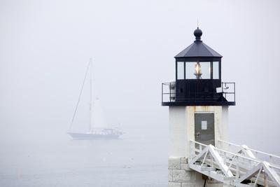 A Sailboat Passing Marshall Point Lighthouse in Port Clyde, Maine Fotografie-Druck von John Burcham