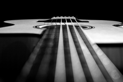 Close Up a Steel String Acoustic Guitar Built by Luthier John Slobod 写真プリント : エイミー&アル・ホワイト&ペッタウェイ