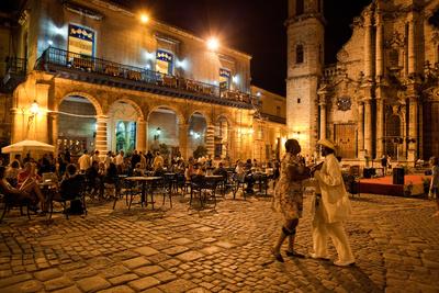 An Outdoor Restaurant and Salsa Dancers on the Cobble Stoned Plaza Catedral in Old Havana Fotografisk tryk af Dmitri Alexander