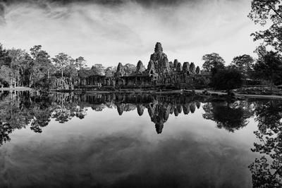 Bayon Temple and Lush Flora Cast a Mirror Reflection on Water Fotoprint av Jim Richardson