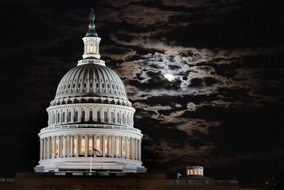 The Full Moon Rises Behind the United States Capitol Building Fotografisk tryk af Vickie Lewis